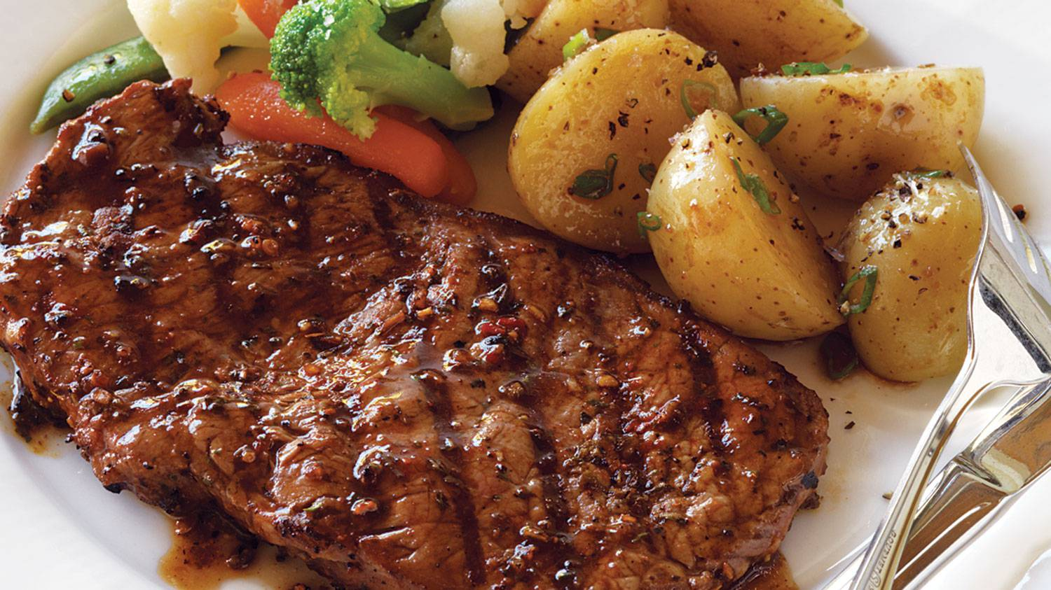 cajun-steak-with-potatoes-_-vegetables-cropped