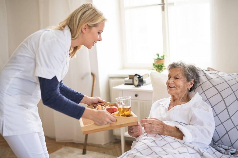 مزایای ویزیت سالمندان در منزل